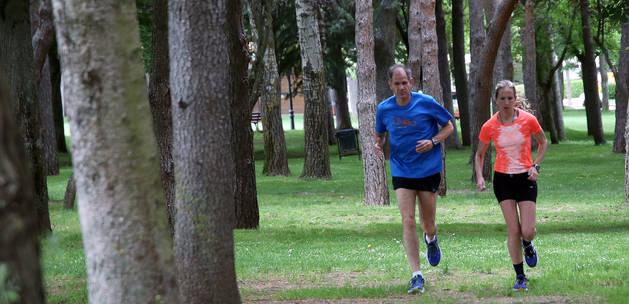 bel Antón, bicamepón mundial de maratón y actual entrenador de la navarra, corre junto a Estela Navascués por el céntrico parque soriano de la Alameda de Cervantes.