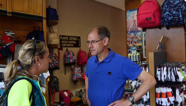 Navascués y Antón, en la tienda de deportes que éste tiene en Soria.