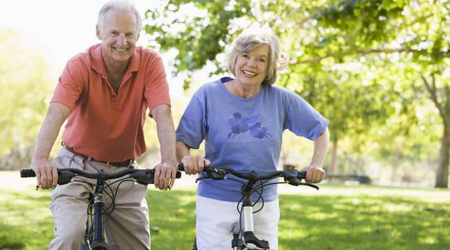 Dos ancianos montados en bicicleta.