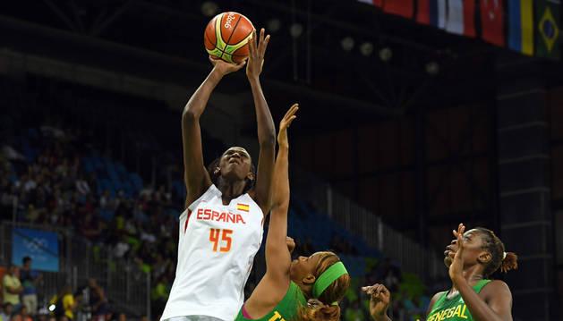 La jugadora de la selección española Astou Ndour, mejor valorada en el partido contra Senegal, en un lance.