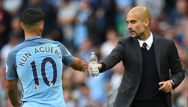 Pep Guardiola saluda al Kun Agüero.