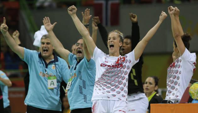 Nerea Pena y Naiara Egozkue (al fondo), celebra un gol de España.