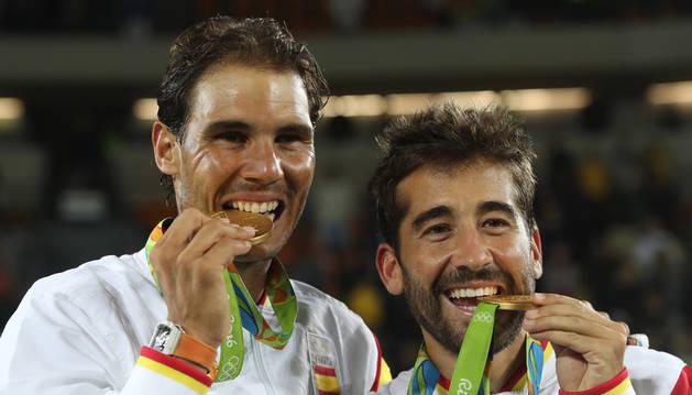 Rafa Nadal y Marc López, celebrando el oro olímpico.