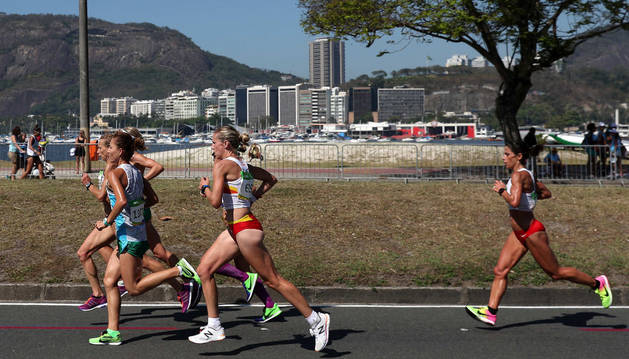 La navarra Estela Navascués, cerrando un grupo de atletas durante la carrera de ayer en Río de Janeiro.