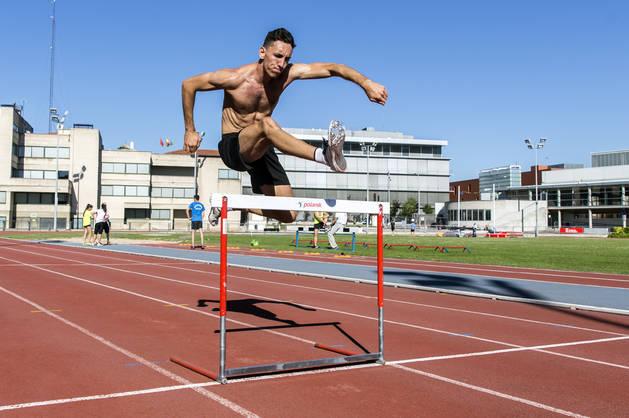 El atleta de Barañáin Sergio Fernández durante un entrenamiento en Larrabide a finales de junio, tras conseguir la mínima para los Juegos Olímpicos de Río de Janeiro, en los que debuta hoy.