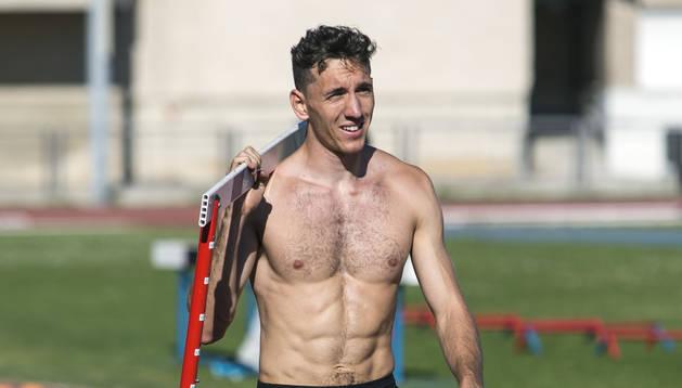 Sergio Fernández recoge una valla después de un entrenamiento.