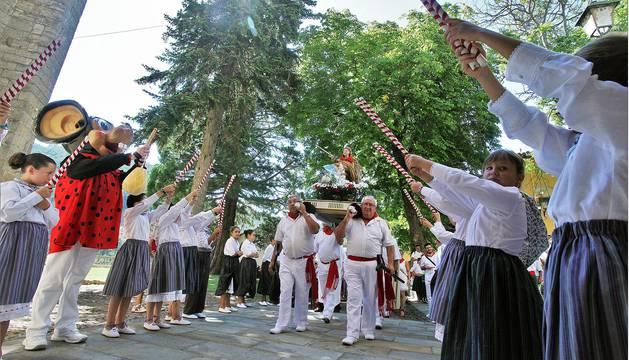 Imágenes de la procesión en honor a San Miguel que celebró este domingo la localidad navarra de Aoiz