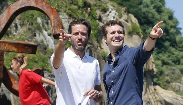 Pablo Casado (d), y el presidente de este partido en Gipuzkoa, Borja Sémper.