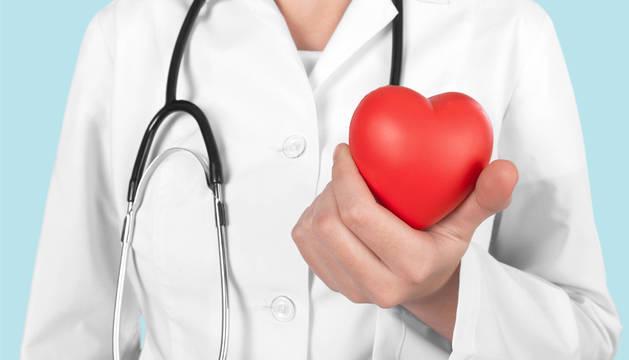 Un médico con la figura de un corazón.