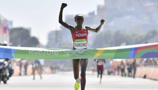 Sumsong celebra su victoria en la entrada a meta.