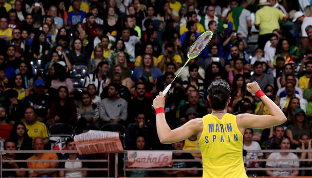La jugadora de bádminton española Carolina Marín, celebra su victoria frente a Line Kjaersfeldt.
