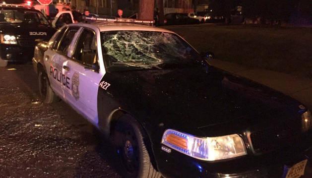 Un vehículo afectado después de las protestas en Milwaukee.