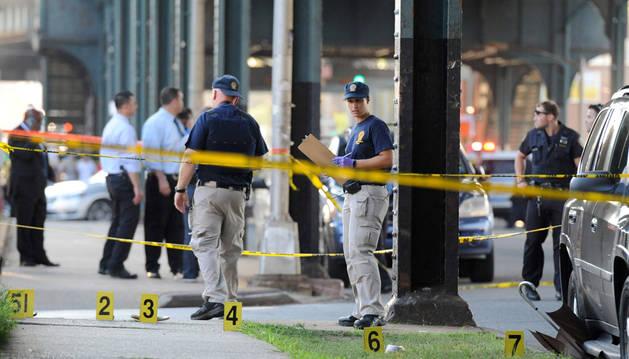 Miembros de la policía estadounidense, en la escena del crimen.