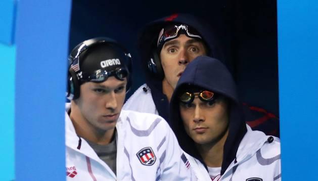 Los estadounidenses Ryan Murphy (i), Michael Phelps (c) y Ryan Lochte (d) antes de la prueba de natación de relevo 4x100 metros combinada hoy, sábado 13 de agosto de 2016, durante las Olimpiadas de Río 2016, en el estadio Acuático Olímpico de Río de Janei