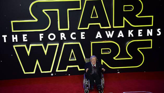 El actor Kenny Baker en el estreno en Londres de la última película de 'Star Wars', en 2015.