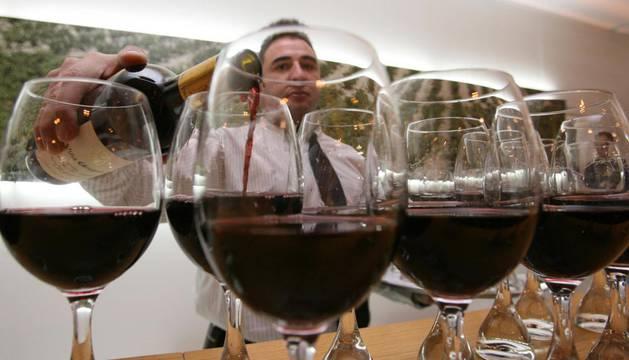 Un camarero sirve copas de vino durante un evento turístico.EFE (ArcHivo)