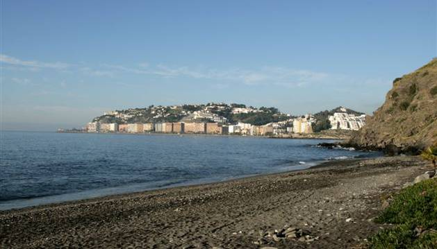 Imagen de la playa de Almuñécar, lugar donde ha aparecido el cuerpo.