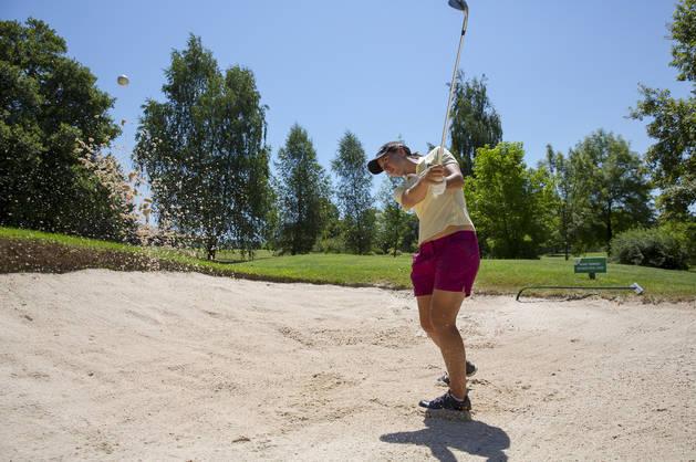 Carlota Ciganda saca la bola de un búnker (una trampa de arena) en el campo de La Ulzama unos días antes de partir a Río de Janeiro.