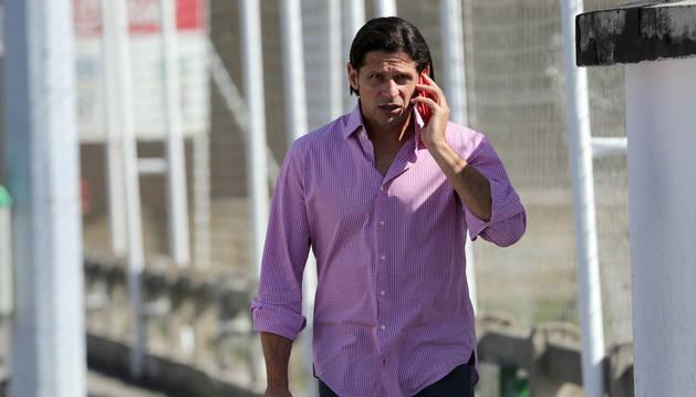 Petar Vasiljevic atiende el teléfono en Tajoanr.