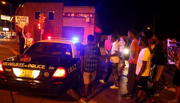 Manifestantes se enfrentan a la policía en el ciudad estadounidense de Milwaukee.