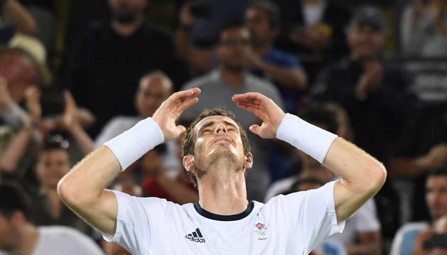 El tenista británico Andy Murray celebra la medalla de oro.