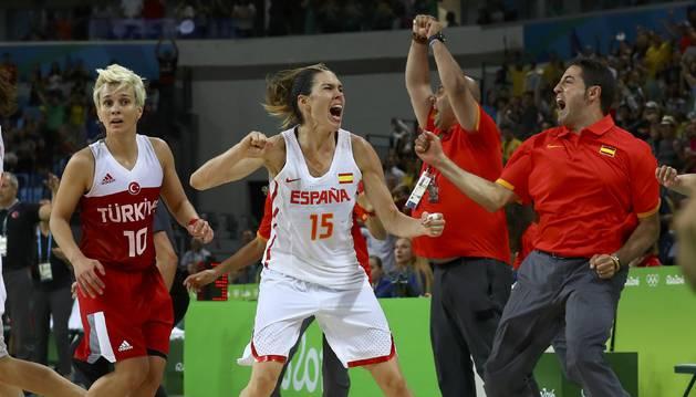 Anna Cruz celebra la canasta en el última segundo.