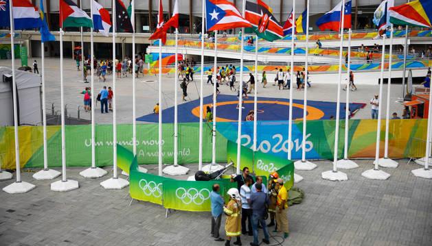 La policía y bomberos buscan las causas por las que una cámara aérea suspendida sobre el parque olímpico se precipitó contra el suelo.