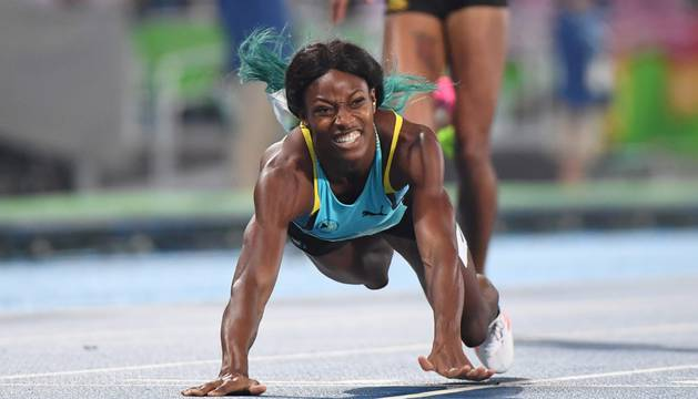 Shaunae Miller cruza la línea de meta tras lanzarse en plancha.