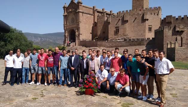 La plantilla, los técnicos y los directos, frente al Castillo de Javier.