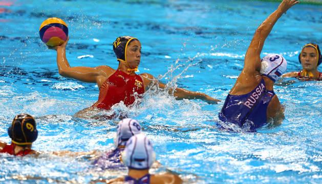 Lanzamiento de la española Laura López Ventosa en el partido de cuartos de final de Waterpolo femenino contra Rusia.