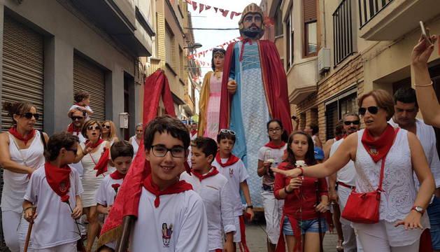 La comitiva infantil, de camino a la iglesia de Santa María antes de la ofrenda floral a la Virgen de la Asunción.