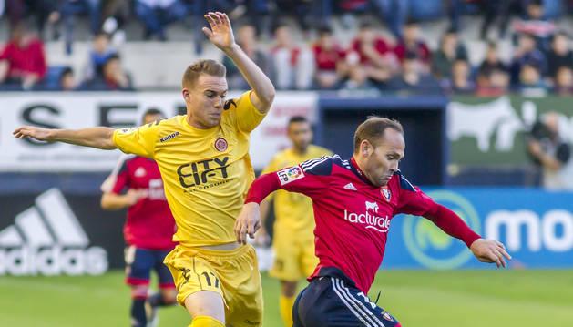 Carlos Clerc trata de presionar a Nino en el partido de la primera vuelta disputado en El Sadar con victoria del Girona.