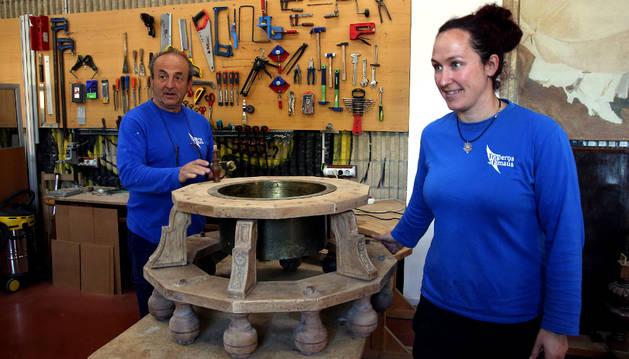 Gulina y Amaia Olaverri, con un antiguo brasero restaurado.