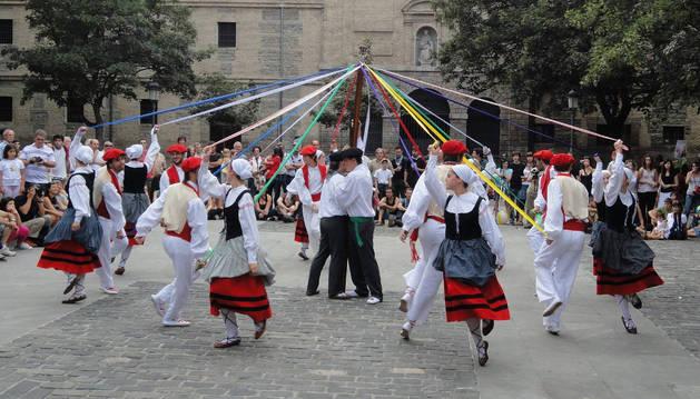 Actuación del grupo Iruña Taldea en Pamplona.