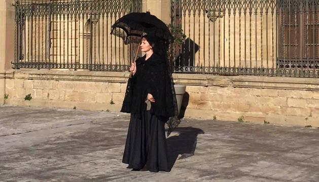 Blanca Sagasti Lacalle, vestida con ropa de la moda elegante de ese periodo del cambio de siglo, delante del palacio de la Vega.