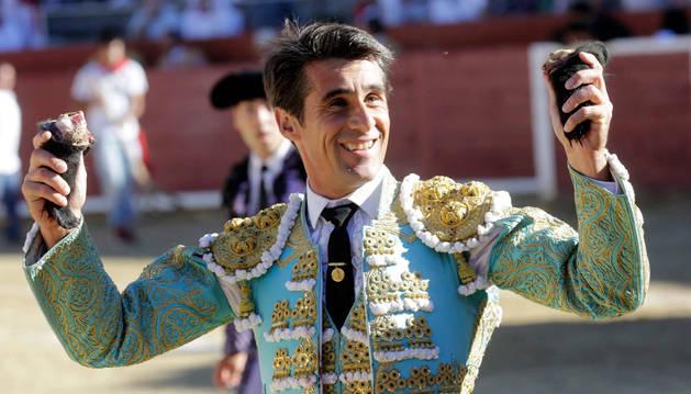 Marco pasea en triunfo las dos orejas conseguidas de un toro de Miura en Estella hace doce días.