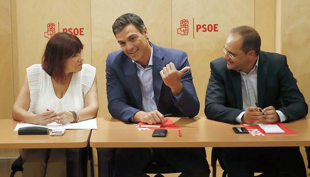El secretario general del PSOE, Pedro Sánchez (c), junto a la presidenta, Micaela Navarro (i), y el secretario de Organización, César Luena (d).
