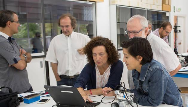 Participantes en el curso de robótica educativa de la UPNA, durante una de las sesiones.