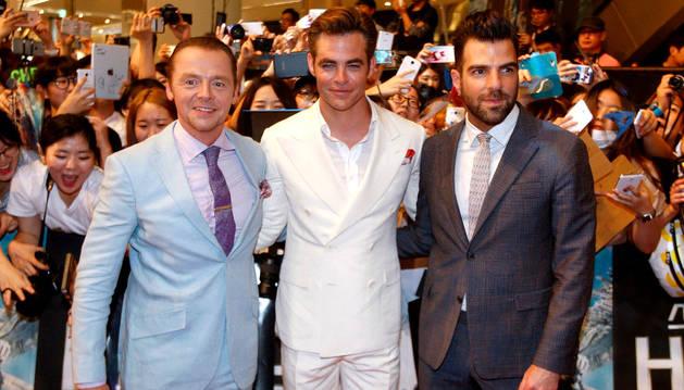 Los actores Simon Pegg (izq), Chris Pine (c) y Zachary Quinto, en la presentación de 'Star Trek: Más allá' en Seúl.