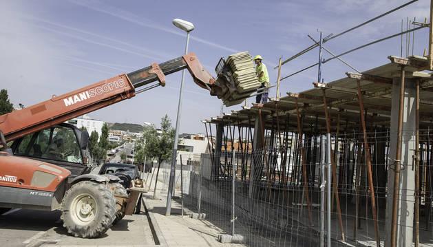 Operarios trabajan en la construcción de una vivienda unifamiliar entre las calles Poeta Luis Cernuda y Poeta Rafael Alberti.