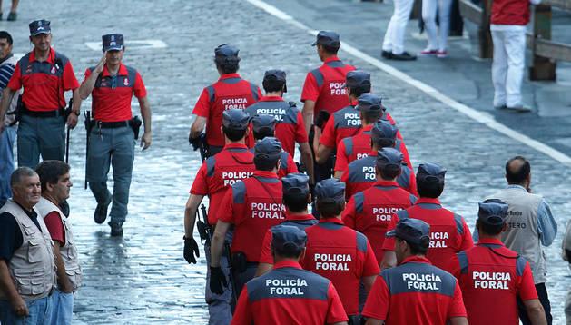 Agentes de Policía Foral, en los instantes previos al encierro sanferminero del pasado 7 de julio.