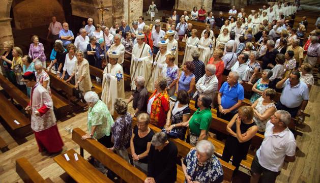 Los Amigos del Monasterio de Fitero, en la iglesia durante las vísperas de la Virgen de la Asunción.
