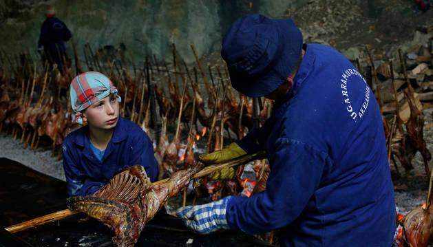 Unai Arburua aprendiendo de uno de los veterenos del akelarre de Zugarramurdi.