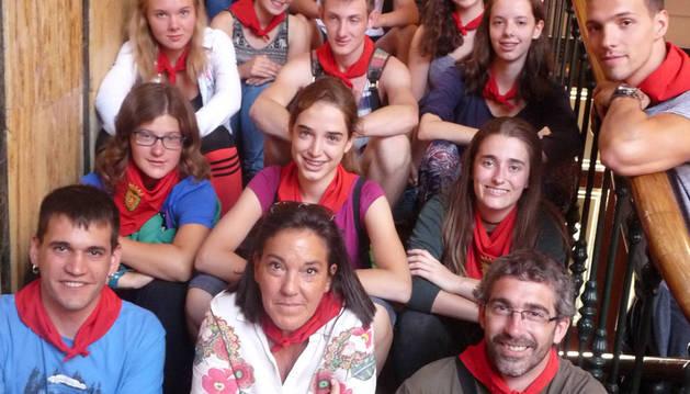 Pañuelos para los veinte jóvenes del intercambio con Francia y Alemania