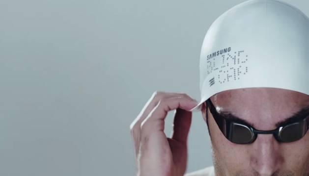 Crean un gorro con tecnología vibratoria para nadadores invidentes