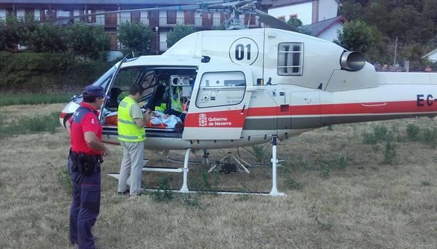 El helicóptero que ha trasladado al menor herido hasta el Complejo Hospitalario de Navarra.