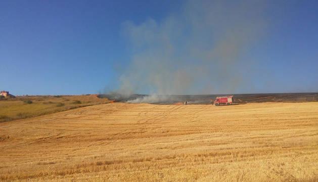 Incendio en un campo entre Mendillorri y Lezkairu