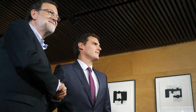 El presidente del Gobierno en funciones, Mariano Rajoy (i), y el líder de Ciudadanos, Albert Rivera (d), se saludan al inicio de la reunión.