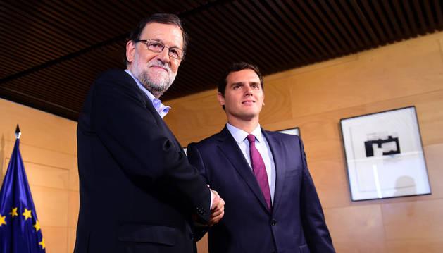 Mariano Rajoy y Albert Rivera se saludan al inicio de la reunión de este jueves.