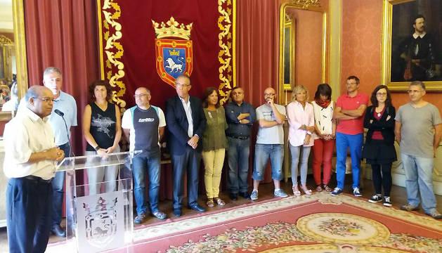 Un momento de la recepción municipal a quince niños y niñas saharauis que pasan el verano en Navarra.